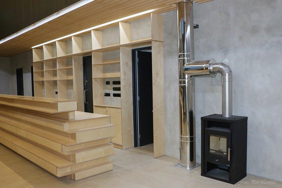 Interiér infocentra je vybavený základním nábytkem a technickým zařízením. Foto: Petr Lemfeld