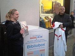 STAROSTA Petr Hable odhaluje nový bibliobox.
