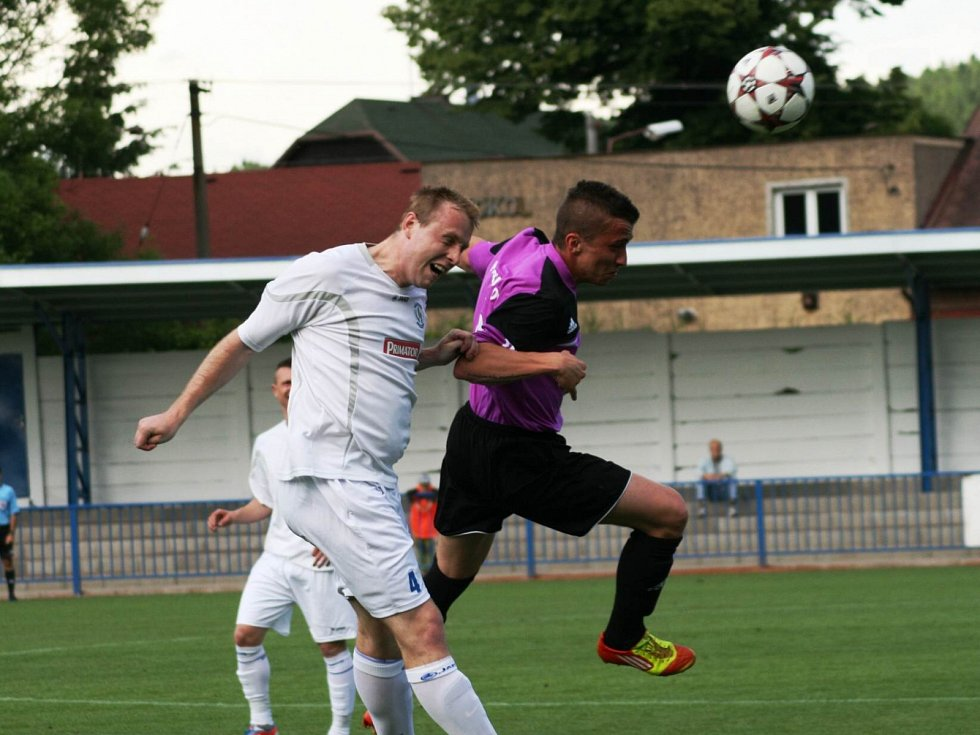 Hlavičkový souboj vyzněl v tomto případě pro trutnovského hráče (ve fialovém), zápas ale nakonec vyhrál Náchod 3:0.