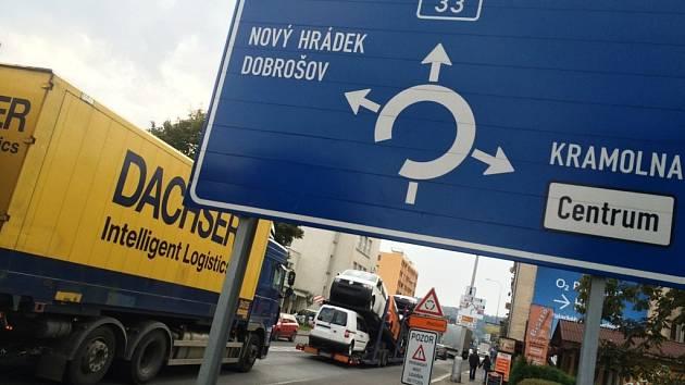 NÁCHOD TRPÍ pod náporem tranzitní dopravy směr Polsko. Nejvíc Pražská a Běloveská ulice.
