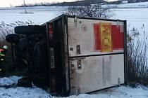 ŘIDIČ NÁKLADNÍHO VOZU po smyku  v neděli u Vysokova skončil i s nákladním autem ve škarpě.