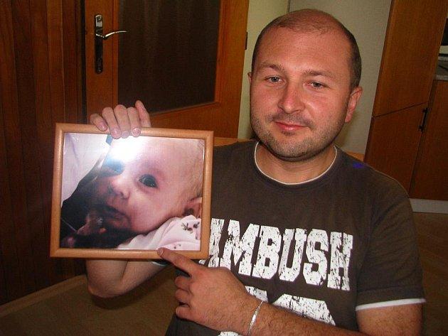 """Pavel Kollert (34)  obklopen obrázky dítěte své bývalé přítelkyně. """"Je to moje dcera,"""" tvrdí o miminku na fotografiích, jimiž má vyzdoben dům. O dítě by se chtěl starat a vychovávat jej.  Soud však zamítl jeho žádost o určení otcovství."""