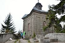 POUTNÍ KAPLE Panny Marie Sněžné na vrcholu Broumovských stěn je jednou ze zastávek nové svatojakubské cesty.