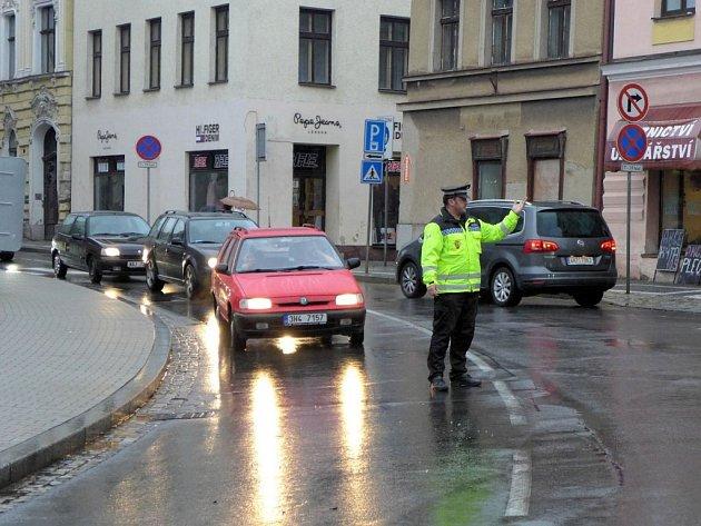 Dopravu v Náchodě pomáhají řídit i městští strážníci.