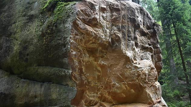 Na dvou místech u turistické Pánovy cesty v Polických stěnách se se souhlasem Správy CHKO Broumovska měnila podoba skal.
