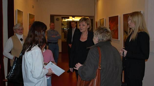 Výtvarnice Táňa Dědourková – Ludvíková (na snímku uprostřed) věnuje výtěžek z prodeje obrazů vystavených ve foyer Východočeského divadla v Pardubicích Hospici Anežky České.