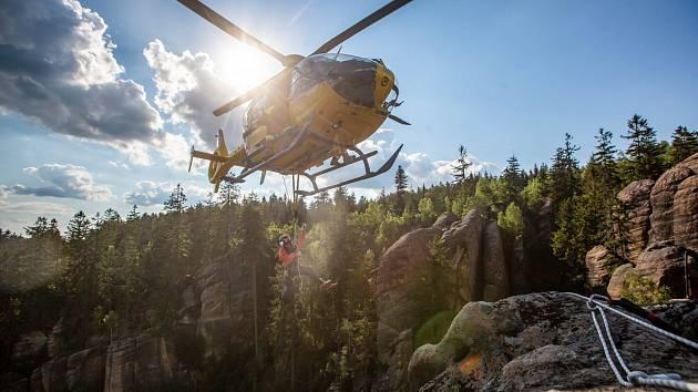 Záchranářský vrtulník při akci ve skalách