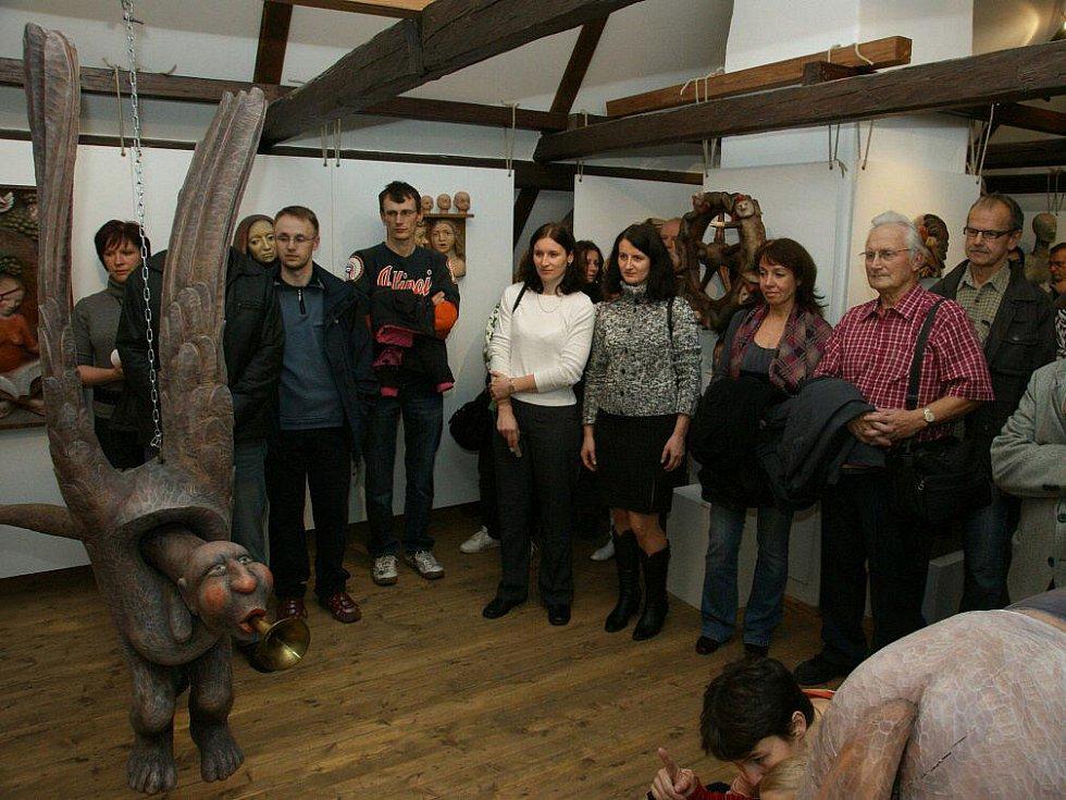 Jaroslav Doležal vystavuje loutky v novoměstské Zázvorce.