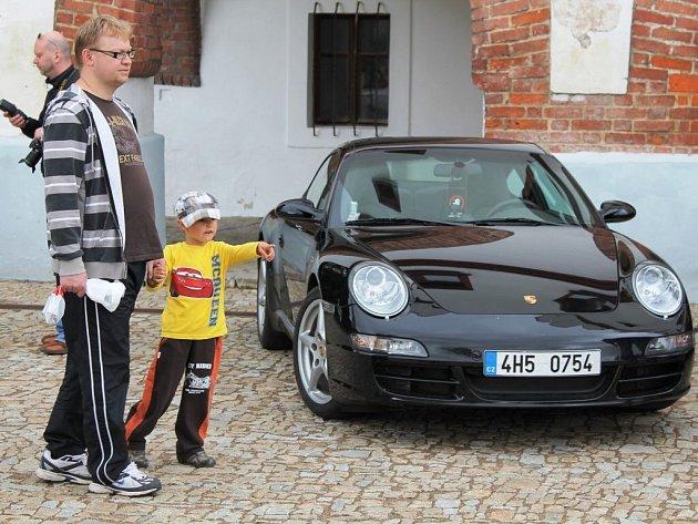 Sraz majitelů vozů značky Porsche z Classic Porsche Clubu před novoměstským zámkem.
