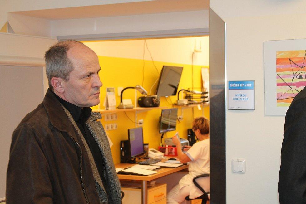 Poslední listopadový den náměstek hejtmana Aleš Cabicar a krajští radní Václav Řehoř a Pavel Hečko přestřižením pásky otevřeli v broumovské nemocnici nové oddělení následné a dlouhodobé ošetřovatelské intenzivní péče.