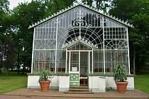 Prosklený altán stojí v broumovském Schrollově parku. Pochází nejspíš ze začátku 20. století.