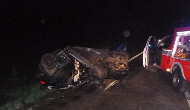 Tragická nehoda u Hejtmánkovic. Ve vraku vozidla vyhasl lidský život.