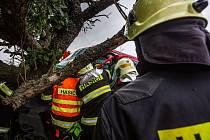Nehoda vozidla sboru dobrovolných hasičů na Náchodsku.