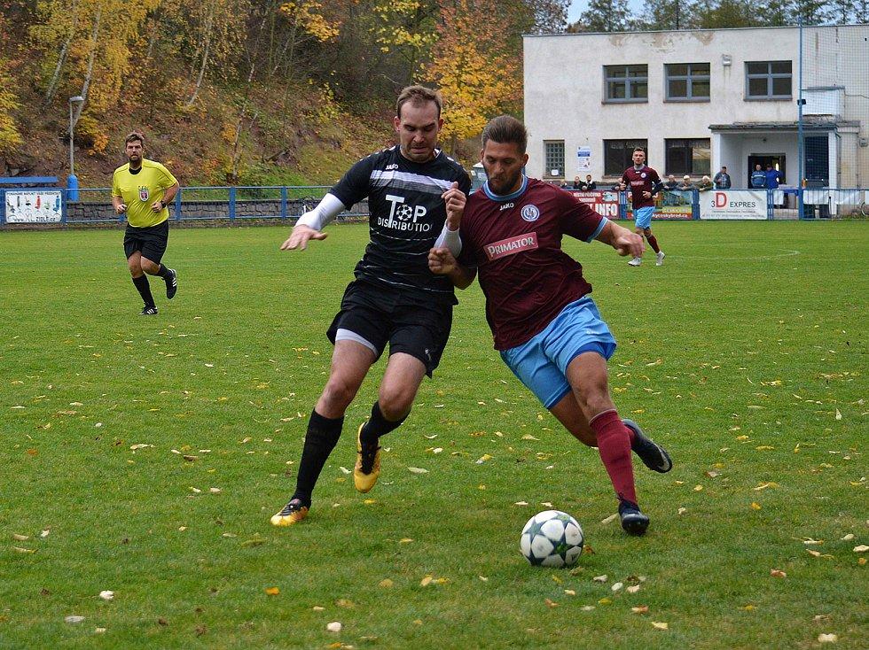Náchodský stoper Lukáš Hlava (vpravo) se snaží odtlačit od míče dotírajícího hráče Českého Brodu.