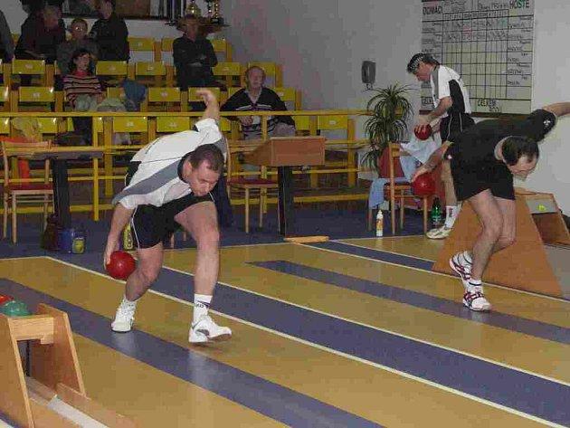 Hrající trenér Petr Holý vede své spoluhráče a svěřence do dalšího kola Českého poháru.