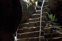 BROUMOVSKÉ STĚNY nabízejí krásné výhledy do okolí i překvapivé přírodní scenérie. Na sním vidíte skalní útvar Lucifer, schody do Kovárny v Kovářově rokli a skalní mísu v Broumovských stěnách.