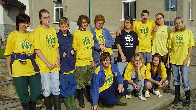 Místo na tábor odjela skupina studentů z Náchodska (na snímku) pomáhat do záplavami postižených oblastí na Novojičínsko.