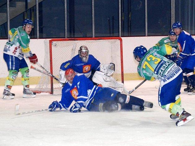 Nejzkušenější hráč Jaroměře, kapitán Petr Chýlek, padá do střely domácímu Martinovi Franců ve středečním utkání, ve kterém hosté z Jaroměře vyhráli v Hronově 10:0.
