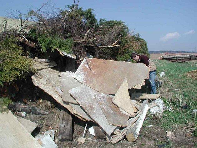 Pracovníci SCHKO Broumovsko nalezli  vloni i tuto kupu větví smíchaných s odpadem všeho druhu.