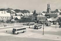 Legendární autobusy RTO v Červeném Kostelci v roce 1971. Foto: archiv Heleny Rezkové