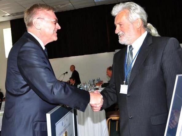MILOSLAV ČERMÁK (vpravo), předseda výrobního družstva Sněžka Náchod, přebírá ocenění za první místo v soutěži.