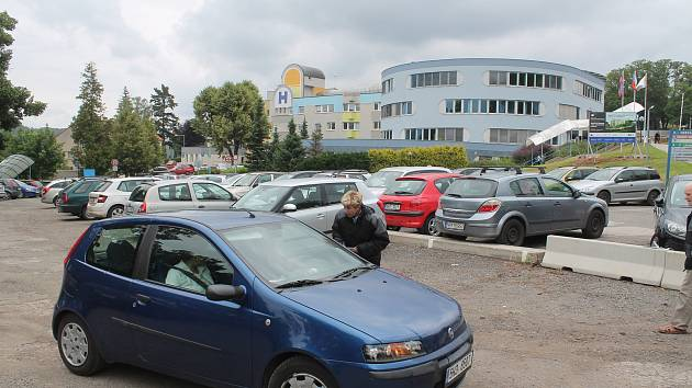 Parkování u náchodské nemocnice.