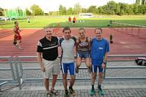 Trio úspěšných atletů – zprava Vondřejc ml., Chryczyk, Vacek s trenérem Jiřím Vondřejcem starším.