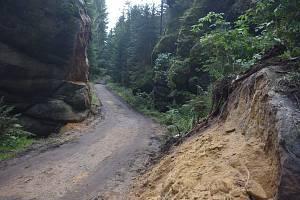 Na dvou místech u turistické Pánovy cesty v Polických stěnách se se souhlasem Správy CHKO Broumovska měnila podoba skal. Ty překážely bezeškodnému vyvezení vytěženého kůrovcového dřeva, tak musely ustoupit technice.