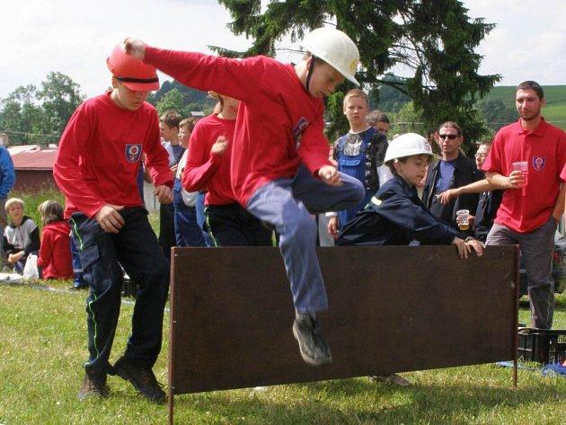 Mladí hasiči zdolávali i překážkovou dráhu.