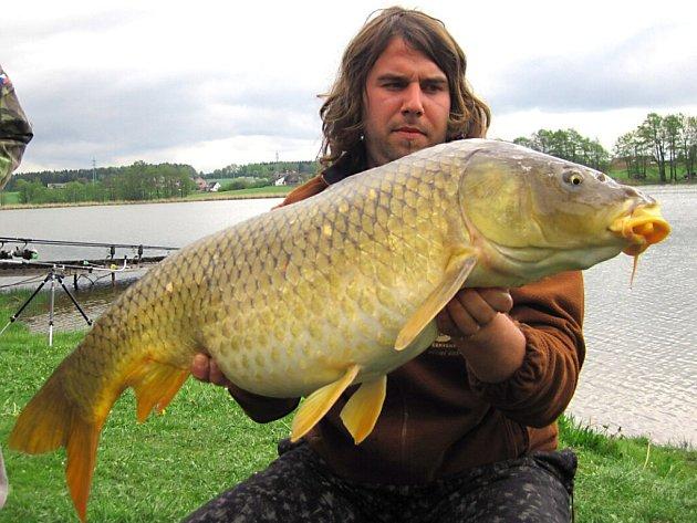 DANIEL VÁLEK z Chrastavy se svým trofejním, přes metr dlouhým úlovkem.