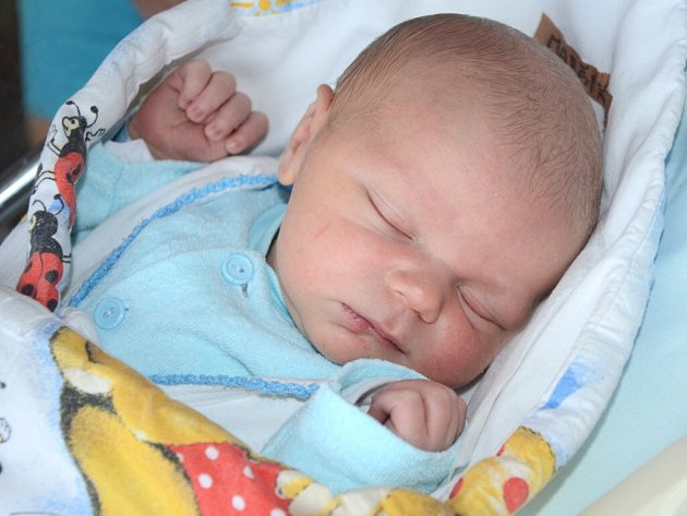 ŠIMON JAN MARŠÍK se narodil 5. listopadu 2013 ve 22:28 hodin s váhou 3700 gramů a délkou 51 centimetrů. S rodiči Janou a Petrem a s téměř tříletým bráškou Tobiáškem mají domov v Náchodě.