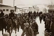 Němci přicházejí do Náchoda. Tento snímek pochází od Doctorovy továrny, hned naproti železniční stanici.