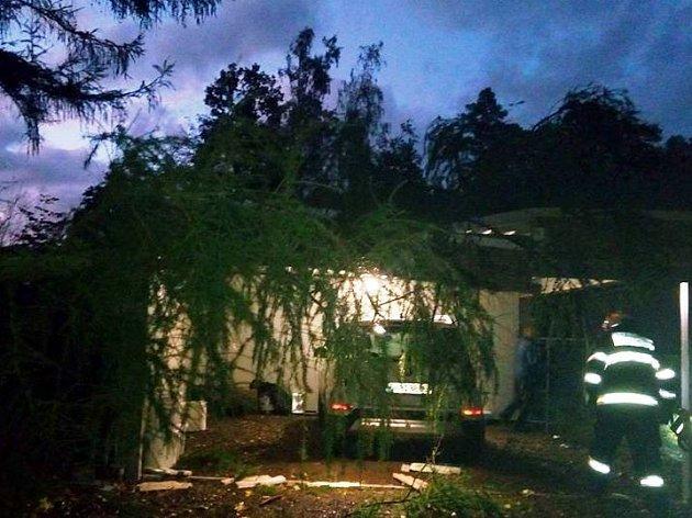 Dobrovolní hasiči z Meziměstí v 18:38 hodin odstranili strom z garáže v Jiráskově čtvrti v Meziměstí.