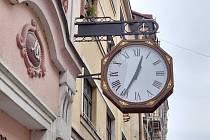 Na své místo na pěší zóně Kamenice se tento týden vrátily opravené vývěsní hodiny, které jsou součastí této obchodní ulice už od dob první republiky.