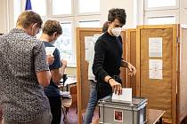 """V Královéhradeckém kraji se do voleb """"nanečisto"""" zapojilo 2319 studentů z 19 středních škol (9 gymnázií, 8 středních odborných škol a 2 odborná učiliště)."""