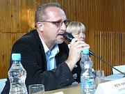"""""""Nejde to řešit ze dne na den,"""" říká o situaci v krčínské škole starostka Bronislava Malijovská. Vpravo místostarosta Petr Hable."""