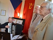 ÚVODNÍHO SLOVA se ujal pamětník Miloslav Řezníček (vpravo), který výstavu připravil spolu s běloveským kronikářem Antonínem Samkem.