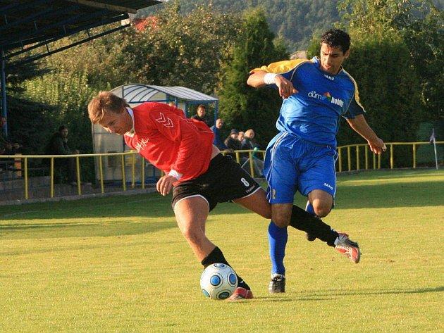 Českoskalický obránce Huňák (vpravo) se snaží zastavit unikajícího hráče Lhoty pod Libčany, která ve Skalici uhrála remízu 2:2.