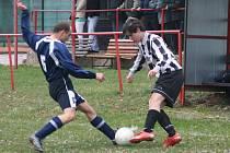 Vítězstvím 1:0 vstoupili do jarní části soutěže fotbalisté Zábrodí (v pruhovaném), kteří doma přehráli teplické béčko.