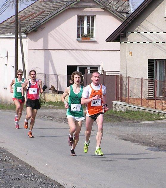 Závodníci SK Nové Město nad Metují Kamil Krunka (na druhé příčce) a Pavel Brýdl (čtvrtý) na trati závodu v Pečkách.