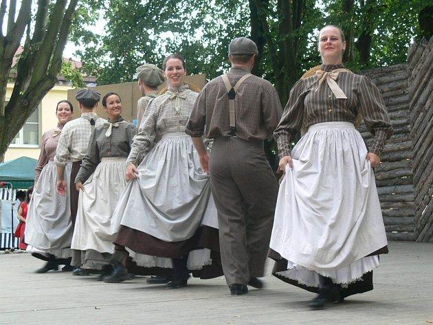 SOUBOR Z KANADY nesoucí název Les Éclusiers, který v sobotu opět vystoupil oděný do kostýmů nošených v období osídlování Ameriky, získal mezi diváky nejvíce sympatií.