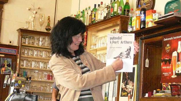Lydia Baštecká představuje obálku  knihy o Škvoreckém.
