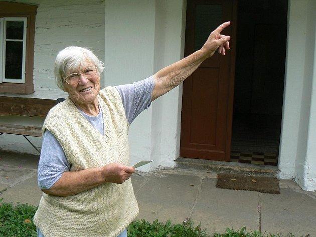 Věra Klimešová (83) ze Suchého Dolu ukazuje místo na střeše svého výměnku, kam dopadl přesně před 40 lety meteorit.