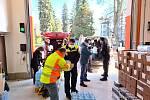 Do Náchoda dorazil dar od polské ambasády v podobě 11 palet zboží za téměř 200 tisíc korun jako poděkování za pomoc a konstruktivní řešení ohledně nouzové situace na polsko-českých hranicích a zajištění distribuce potravinových balíčků pro řidiče kamionů.