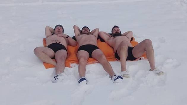 Otužilci se o víkendu koupali v rybníku Brodský. Nořili se společně mezi kusy ledu do vody ostré jako žiletka. Úsměv na tvářích jim ale nemizel.