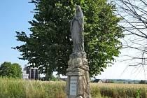 """Další část """"kulturního dědictví"""" Červeného Kostelce byla opravena. Majetkový odbor nyní nechal renovovat sochu Panny Marie v Olešnici v lokalitě """"u bramborárny""""."""