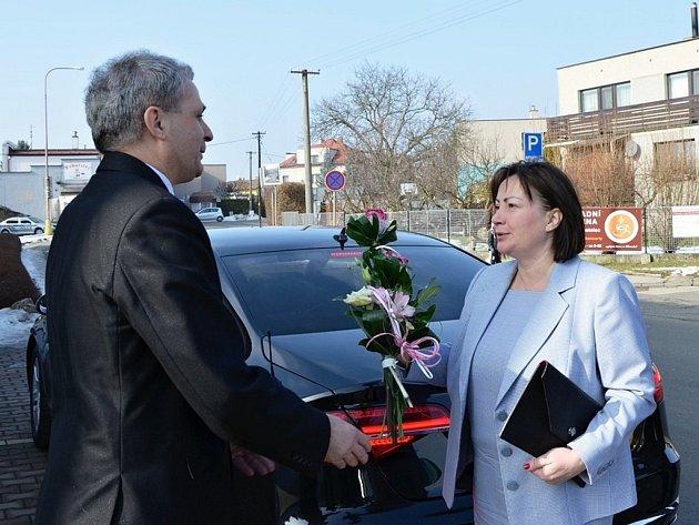 ŘEDITEL Oblastní charity Červený Kostelec Miroslav Wajsar vítá Ivanu Zemanovou při příjezdu do hospice.