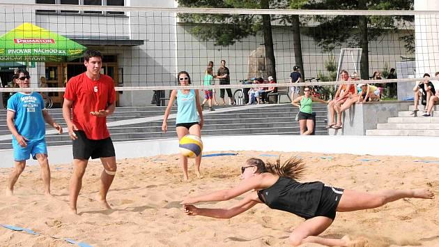 KRÁSNÉ počasí přineslo neméně pohledné volejbalové výměny, které jsou navíc na písku divácky velmi atraktivní.