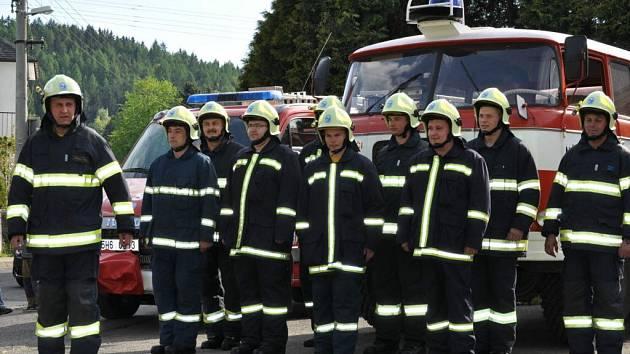 PŘEDÁVÁNÍ NOVÉHO VOZU hasičům v Bělovsi.