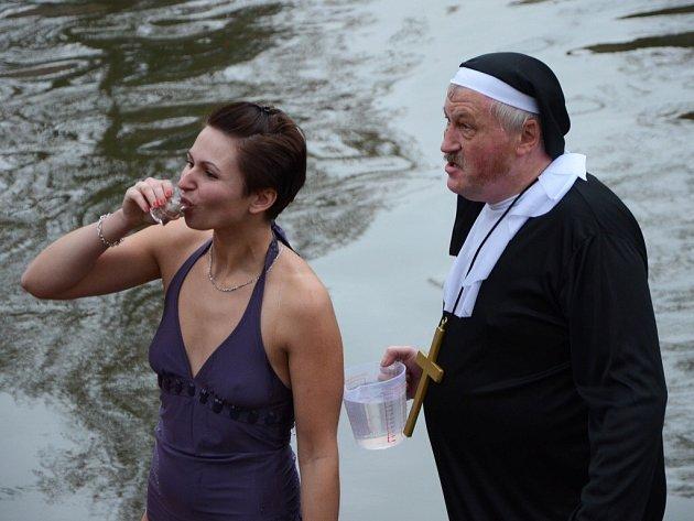 Silvestrovské plavání v Metuji.